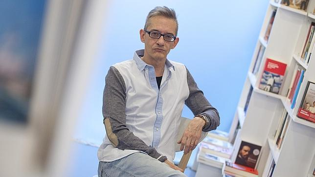 Luis Magrinyà, fotografiado en una conocida librería madrileña