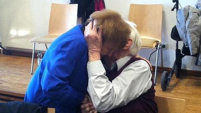 El exmiembro de las SS y la presa se funden en un abrazo durante el juicio