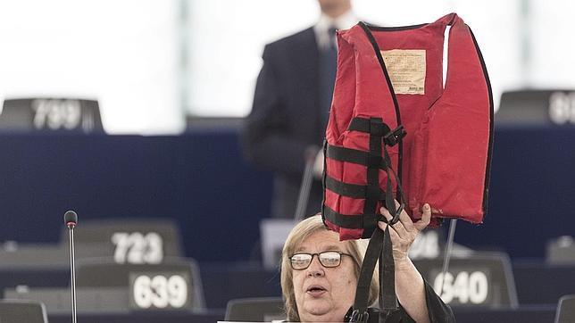 Una eurodiputada socialista italiana muestra un chaleco salvavidas durante la sesión en Estrasburgo