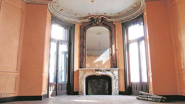 El despacho principal situado en la segunda planta, donde todo es valioso: desde el techo hasta el espejo