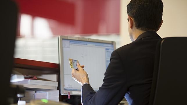 Los clientes deben entregar su DNI en su oficina para que sea escaneado