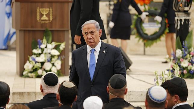 El primer ministro israelí, Benjamin Netanyahu (centro), asiste a una ceremonia en el cementerio militar de Monte Herzl