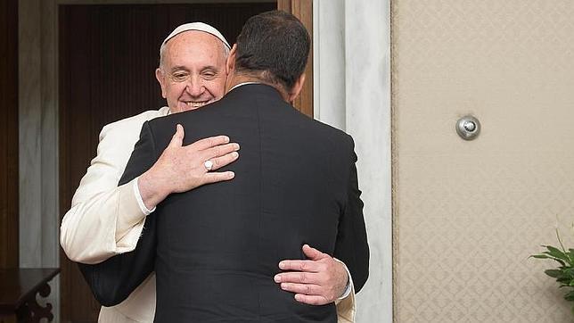 Fotografía facilitada por L'Osservatore Romano, que muestra al Papa Francisco (i) mientras da la bienvenida al presidente de Ecuador, Rafael Correa, durante una audiencia privada en el Vaticano este martes