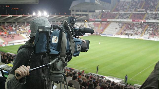 Cámara de TV preparado para retransmitir un partido de fútbol