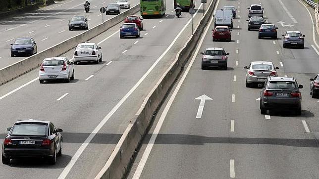 Una de las recomendaciones de los científicos a las autoridades europeas es el riego de las calles antes de la «hora punta» del tráfico