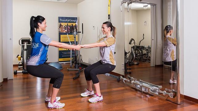 Cinco ejercicios para hacer en pareja - Que hacer en pareja en casa ...