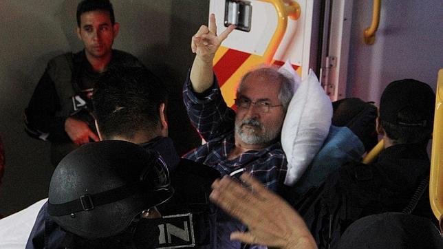 Antonio Ledezma, a su salida del hospital donde ha sido operado