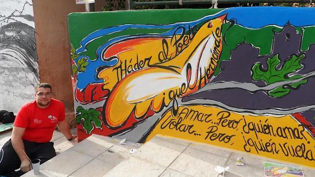 Un alumno del IES Tháder de Orihuela participa en una actividad con murales sobre el poeta Miguel Hernández