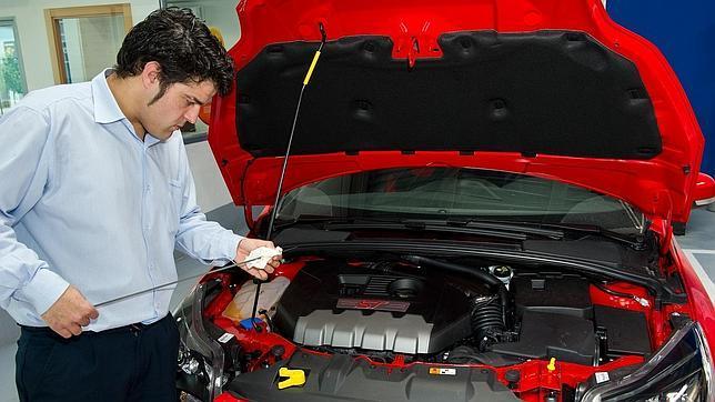 Entre revisiones hay que comprobar el nivel de aceite, según el uso del coche, pero no más allá de 15 días