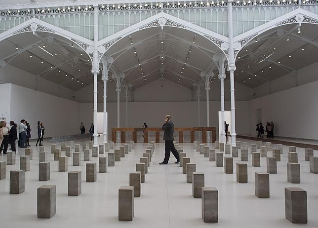 Carl Andre, el artista que bajó la escultura del cielo al suelo