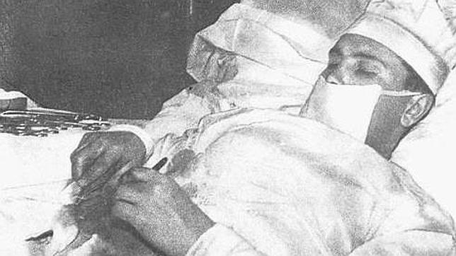 El médico que se operó a sí mismo del apéndice