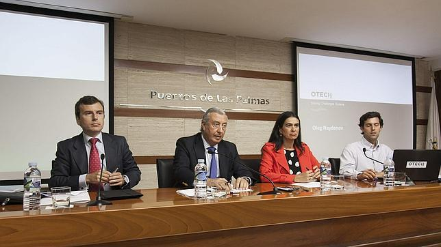 Julio Gómez Pomar (c.), María del Carmen Hernández Bento, y el ingeniero de Otech, Gerardo Miranda (d.)