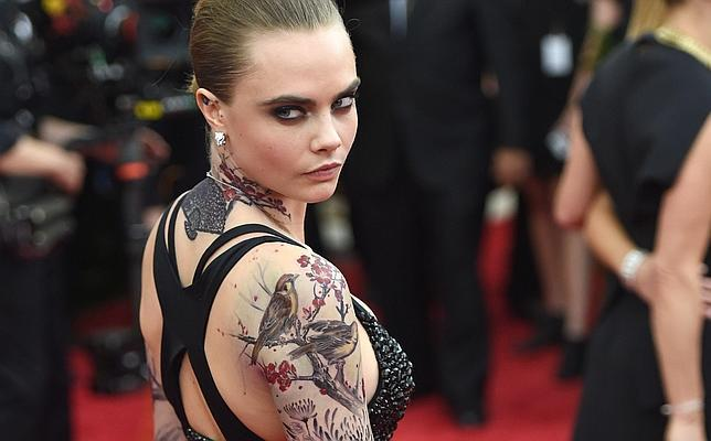 La Historia Detrás Del Tatuaje Temporal De Cara Delevingne En La