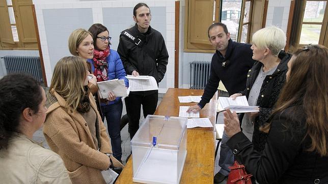 Cómo se elige a los titulares de cada mesa electoral, cuánto cobran y qué función tienen