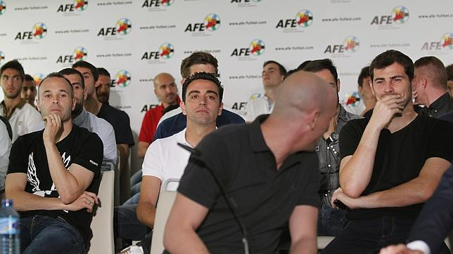 Rubiales, escoltado por Iniesta, Casillas y Xavi
