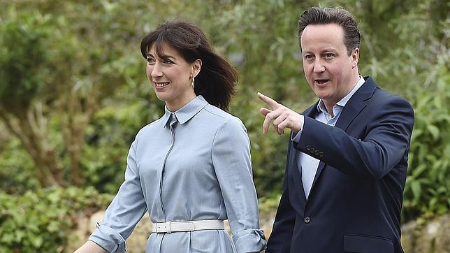 El primer ministro británico, el líder conservador David Cameron (dcha), y su mujer Samantha (izda) a su llegada al colegio electoral de Spelsbury en Oxfordshire (Reino Unido)