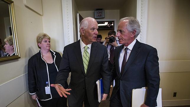 El senador demócrata de Maryland Ben Cardin (i) y el senador republicano por Tennessee Bob Corker (d), al salir de una conferencia de prensa tras votar en el Acta de Revisión de Acuerdo Nuclear con Irán