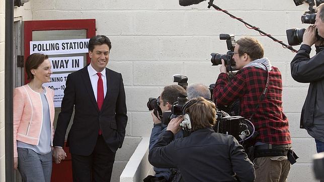 Miliband y su mujer, tras votar en Sutton