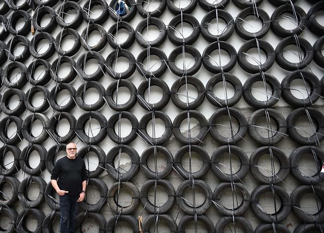 El artista israelí Tsibi Geva, junto a su trabajo en el pabellón de su país