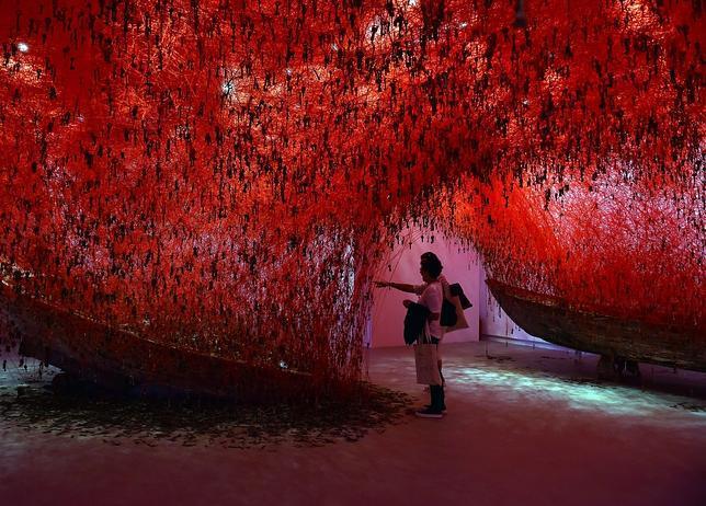 «The Key in the Hand», instalación de Chiharu Shiota en el pabellón de Japón