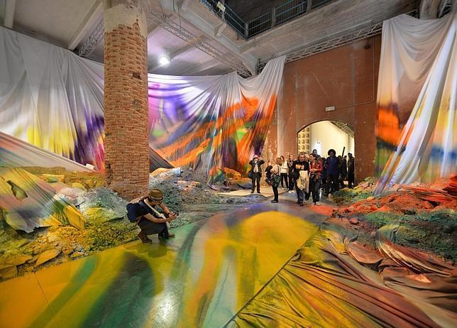 Visitantes observan «Untitled Trumpet», de la artista alemana Khatarina Grosse