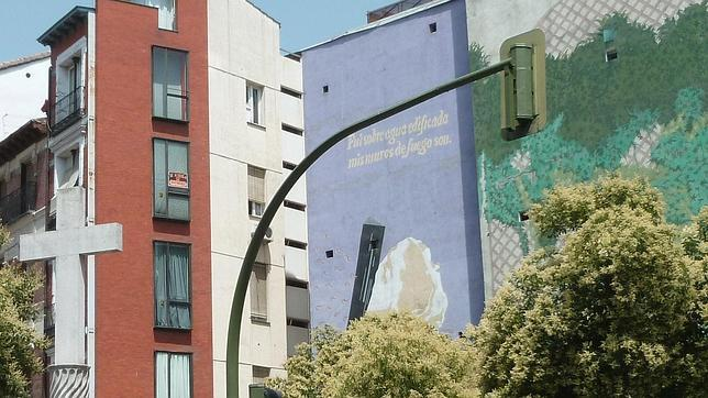 Fotografía de la Plaza Puerta Cerrada con el mural del antiguo lema de Madrid