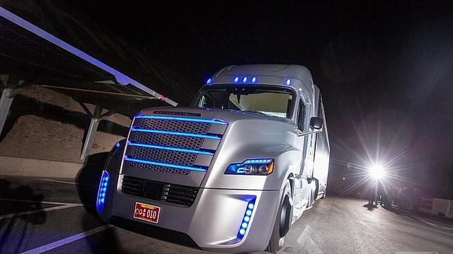 El camión puede acelerar, girar o frenar gracias a su piloto automático