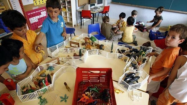 Niños de una escuela de Barcelona juegan en su primer día de clase