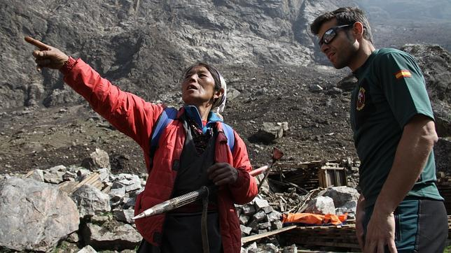 El guardia civil Carlos Sánchez atiende a Tara Gurung, superviviente del terremoto de Nepal