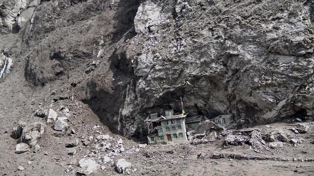 Una avalancha provocada por el terremoto sepultó el pueblo de Langtang, donde solo quedó en pie un edificio protegido bajo una roca