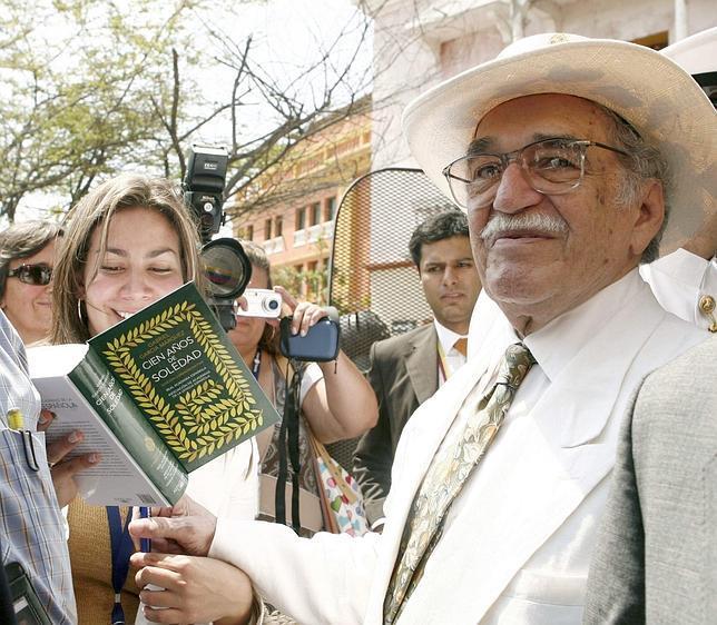 Gabriel García Márquez firmando ejemplares de «Cien años de soledad» en Cartagena de Indias en marzo de 2007