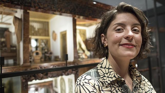 La escritora británica Jessie Burton, en el Rijksmuseum junto a la casa de Petronella Oortman