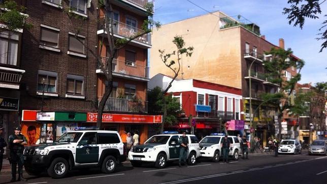 La Guardia Civil durante los registros practicados en varios locales de la Avenida de la Albufera en Madrid