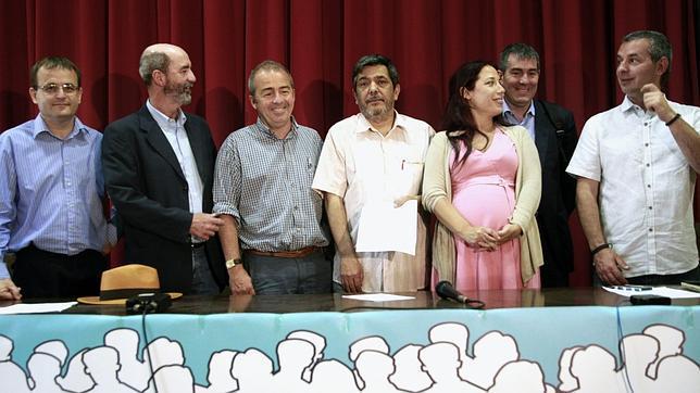 Candidatos de IU, NC, Podemos y ANC al Parlamento canario por Tenerife junto a Patricia Hernández (PSOE) y Fernando Clavijo (CC)