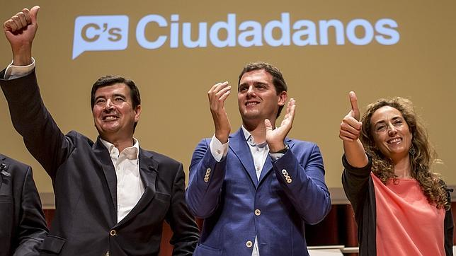 Albert Rivera, Fernando Giner y Carolina Punset, durante un reciente mitin en Valencia, arropados por el logo de Ciudadanos