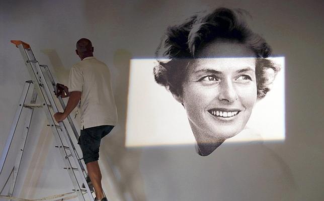 Un trabajador termina de rematar el cartel de la 68 edición del Festival de Cine de Cannes