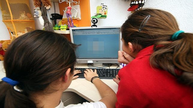 Dos niñas navegando en internet