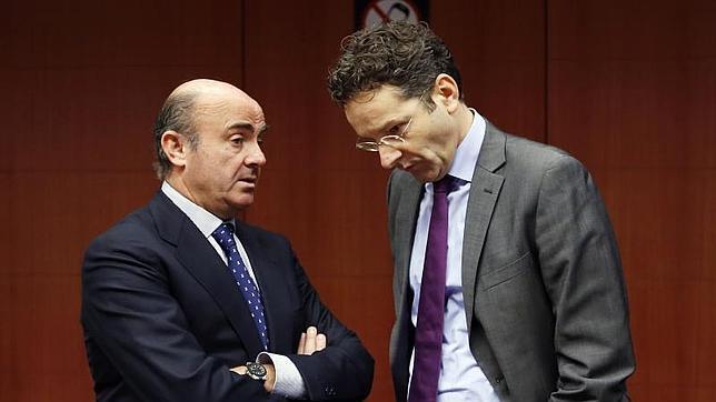 El ministro de Economía español, Luis de Guindos, charla recientemente con el presidente del Eurogrupo, el holandés Jeroen Dijsselbloem