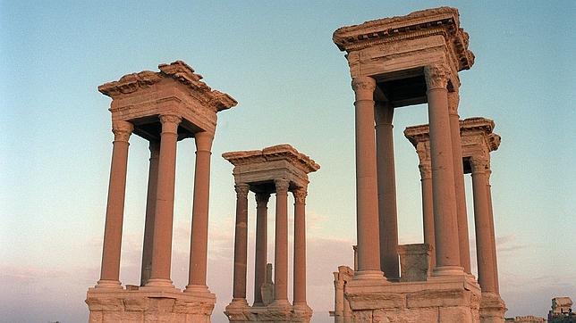Vista parcial del conjunto arquitectónico del templo de Bel, con altísimas columnas con capiteles corintios dentro de las ruinas de Palmira, la ciudad grecorromana de las mil columnas