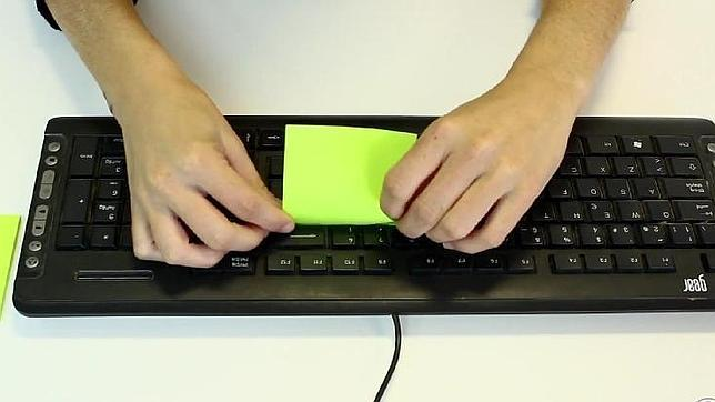 Un «post-it», el revolucionario método para limpiar el teclado de tu ordenador