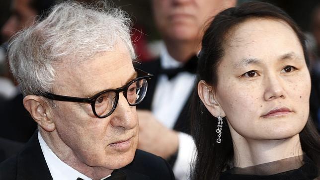 Woody Allen y su mujer Soon Yi en la presentación de su película en Cannes
