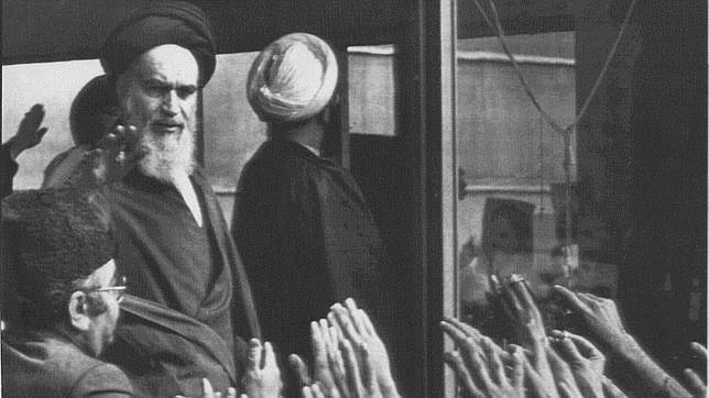Jomeini, aclamado a su llegada a Teherán en febrero de 1979