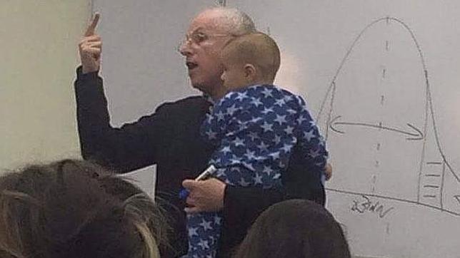 La emotiva clase de un profesor mientras sujeta el bebé de una de sus alumnas