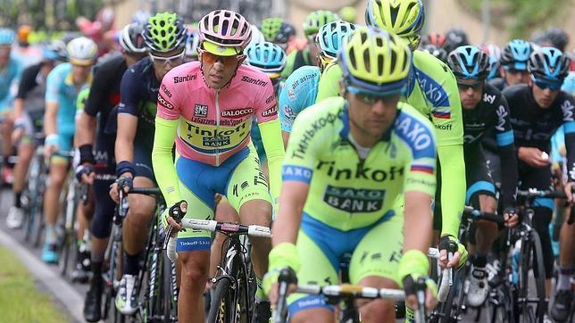 Alberto Contador, de rosa, en la etapa de hoy