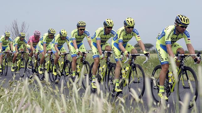 Alberto Contador, arropado por su equipo en la jornada de ayer