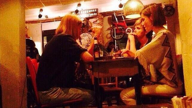 La Reina Doña Letizia toma unas cervezas junto a sus amigos en La Bicicleta