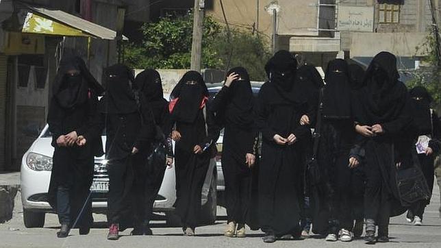 Estudiantes con niqab caminan por Raqqa, en Siria, capital del Estado Islámico