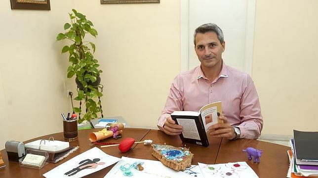 Andrés Joison, en su consultorio clínico en Sevilla, expone su libro «De las adicciones a la autonomía»