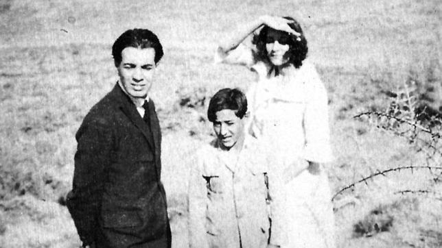 Borges junto a su hermana Norah en Puerto Madrin (1922), en una de las fotografías de la exposición