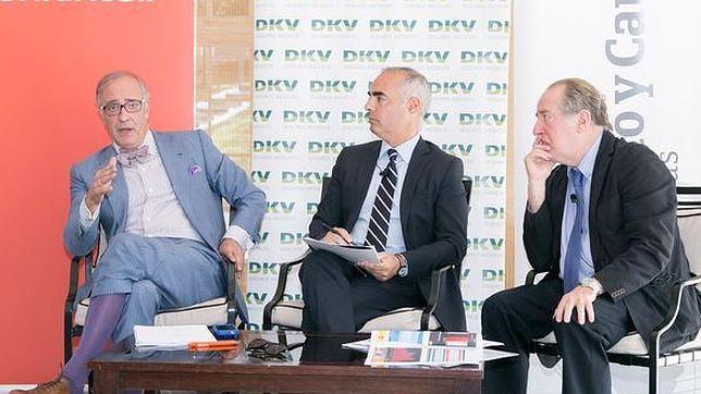 Lorenzo Bernaldo de Quirós (i.), junto a José María Gay de Liébana (d.) en el debate moderado por Bernardo Sagastume